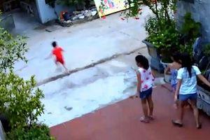 Clip: Thót tim cảnh bé trai chạy sang đường bị xe phóng tốc độ cao tông văng ra xa