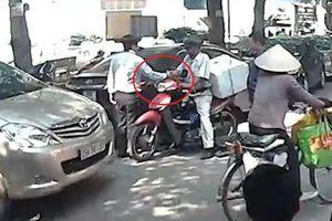 Va chạm khi tham gia giao thông, tài xế ôtô chủ động bắt tay làm hòa