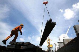 Thanh sắt rơi từ công trình xây dựng đâm thủng bụng công nhân