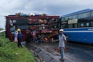 Hai xe khách giường nằm tông nhau, nhiều người bị thương