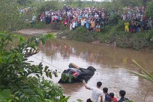 Vụ xe Mercedes lao xuống nước: 5 bước thoát hiểm khi ô tô rơi xuống nước