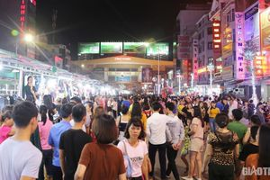 Cận cảnh phố đêm đầu tiên ở TP Vinh, thu hút hàng nghìn người tới tham quan