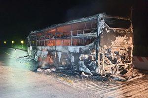 Hành khách và tài xế thoát thân khỏi xe khách bốc cháy trong đêm