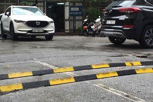 Hà Nội: Dân tự chế gờ giảm tốc bằng thanh sắt đặt ngang đường