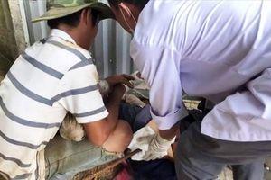 Một công nhân bị thanh sắt rơi từ trên cao xuyên qua bụng