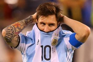 Đồng đội rơi lệ khi nghe Messi phát biểu