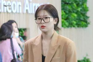 Mỹ nhân Red Velvet diện đồ hoài cổ, xách túi Louis Vuitton ra sân bay