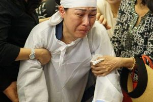 Vợ nhạc sĩ Xuân Hiếu ngã quỵ lúc đưa chồng vào hỏa táng