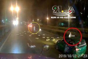 Tài xế ô tô dừng giữa đường để 'hôi của' từ xe tải rơi xuống