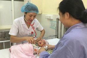 Mẹ uống nước lá lợi sữa, bé 24 ngày tuổi phải nhập viện khẩn cấp