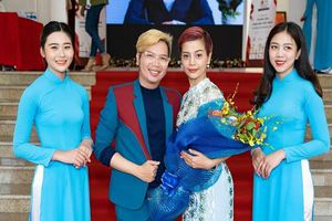 Đạo diễn Holy Thắng đến chúc mừng Ceo Hồ Hương đạt Top 10 thương hiệu uy tín
