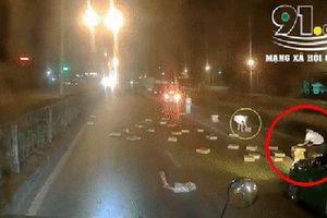 Clip: Tài xế ô tô dừng xe hôi của từ xe tải rơi xuống