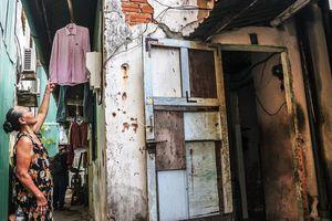 Dân lo sợ vì sống trong căn hộ sắp sập giữa 'thành phố đáng sống'