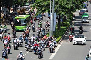 Đóng dải phân cách gần cầu Sài Gòn, giao thông rối loạn