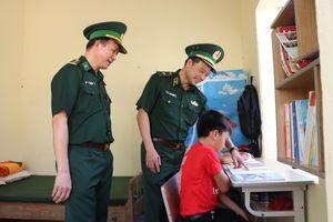 Tặng quà, hỗ trợ con nuôi của Đồn Biên phòng Cốc Pàng