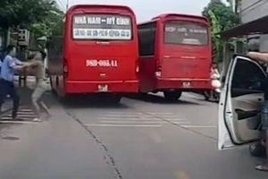 Vụ tài xế 'choảng' nhau: Chưa cấp phù hiệu vẫn đưa xe vào khai thác
