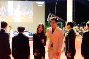 Quốc Anh cùng nữ DOP 'Bí mật của Gió' tự tin sải bước trên thảm đỏ tại LHP Busan