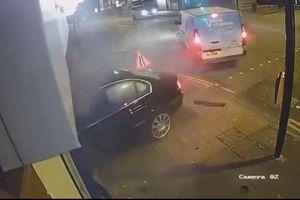 Vượt quá tốc độ, sedan BMW đâm văng xe van đang qua giao lộ