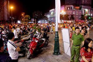 Ngang nhiên biến vỉa hè thành bãi giữ xe tại phố đêm Cao Thắng thành Vinh
