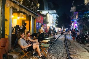 Bộ GTVT đề nghị Hà Nội giải tán các điểm cà phê, chụp ảnh trên đường tàu