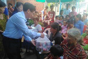Thăm hỏi, tặng quà bà con gốc Việt bị lũ lụt tại 3 tỉnh của Campuchia
