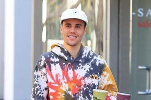 Justin Bieber điển trai, tươi cười ra phố mua sinh tố sau đám cưới