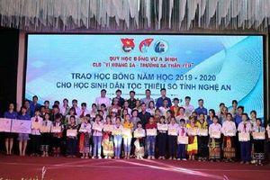 Quỹ học bổng Vừ A Dính tặng 126 suất học bổng cho học sinh dân tộc thiểu số Nghệ An