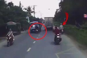 Clip: Hãi hùng xe máy bất ngờ lao sang làn đường ngược chiều, bị xe tải đâm trực diện