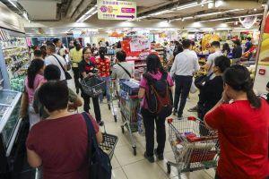 Người Hong Kong chen nhau mua sắm để tích trữ giữa biểu tình
