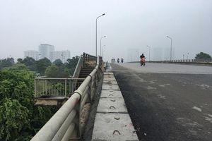 Hộ lan cầu vượt đường 70 bị 'vô hiệu hóa'
