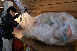 Đi ngược xu hướng toàn cầu, Thủ tướng Nhật Bản 'bênh vực' nhựa