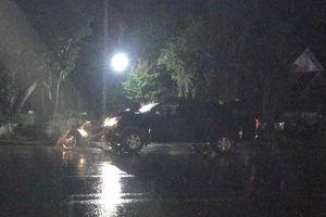 Đứng nói chuyện bên đường, 2 thanh niên bị xe bán tải tông tử vong