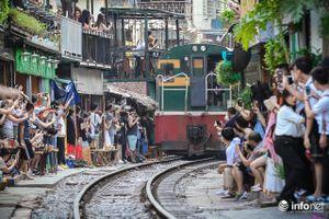 Phố đường tàu Phùng Hưng nhộn nhịp khác thường trước thông tin sắp bị... giải tỏa