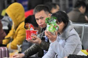 Doanh số bán mì ăn liền tăng mạnh có phải vì dân Trung Quốc siết chi tiêu?