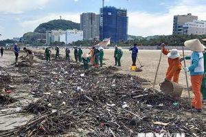 Bà Rịa-Vũng Tàu: Rác ào ạt 'tấn công' bãi biển Vũng Tàu