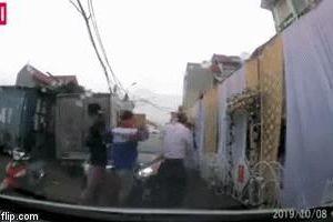 Tranh cãi vì rạp cưới dựng chiếm lòng đường gây ùn tắc, người đàn ông lao vào tát người phụ nữ đi xe máy