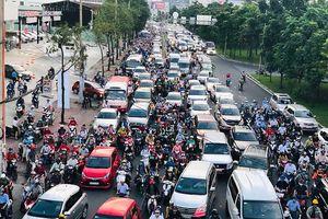 Kẹt nhiều tuyến đường sau khi cấm xe đường Nguyễn Hữu Cảnh