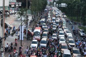 Giao thông khu vực gần cầu Sài Gòn rối rắm