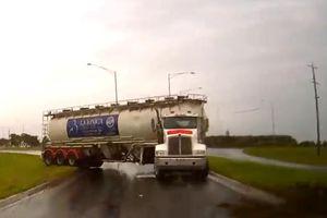 Xe bồn bất ngờ mất lái trên đường mưa