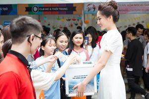 Hoa hậu Lương Thùy Linh gây xúc động khi ôm thùng từ thiện kêu gọi quyên góp