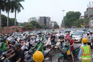 Hà Nội: Giao thông ùn tắc, hỗn loạn sau khi rào đường Kim Mã