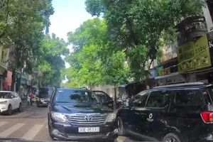 Clip: Chiếc xe ô tô 'hồn nhiên' dừng giữa đường bên làn đối diện