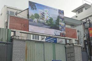 Sập tường trường học ở trung tâm Sài Gòn khi đang tháo dỡ khiến một người tử vong, một người bị thương