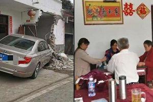 Xe BMW mất lái tông sập cả tường, cả gia đình vẫn mải mê đánh mạt chược