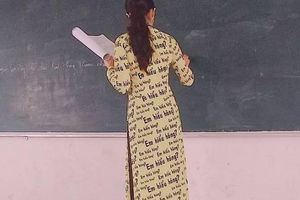 Bắt trend 'Chị hiểu hông', cô giáo may hẳn áo dài in họa tiết 'Em hiểu hông' khiến CĐM phát cuồng