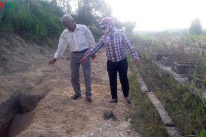 Dân bức xúc vì địa phương chôn lấp lợn dịch ở nghĩa trang