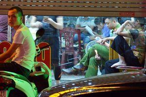 Nữ nhân viên tiệm vàng kể lúc lao ra chống trả, ném ghế vào tên cướp