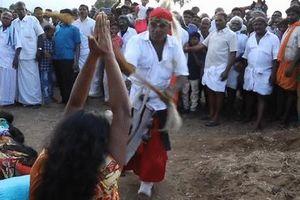 Nghi lễ trừ tà ma bằng cách đánh đập các cô gái trẻ ở Ấn Độ