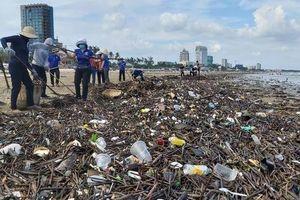 Rác lại tràn ngập biển Vũng Tàu, hàng ngàn người 'vật lộn' thu dọn