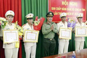 Đảng ủy CA tỉnh Đắk Nông trao Huy hiệu 30 năm tuổi Đảng